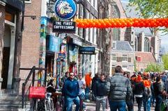 AMSTERDAM, 27 NEDERLAND-APRIL: De rosse buurt van Amsterdam tijdens de Dag van de Koning op 27,2015 April, Nederland Stock Afbeeldingen