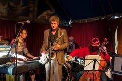 AMSTERDAM, 27 NEDERLAND-APRIL: De straatmusici spelen jazz op de Dag van de Koning op 27,2015 April Stock Fotografie
