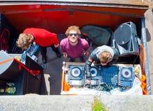AMSTERDAM, 27 NEDERLAND-APRIL: DJ op bootpartij op het kanaal van Amsterdam tijdens de Dag van de Koning op 27,2015 April in Amst Royalty-vrije Stock Foto's