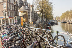 AMSTERDAM, NEDERLAND - APRIL 22: Fietsen op brug op april Royalty-vrije Stock Afbeeldingen