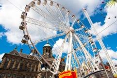 AMSTERDAM, 27 NEDERLAND-APRIL: Groot wiel op Damvierkant tijdens de Dag van de Koning op 27,2015 April in Amsterdam Royalty-vrije Stock Fotografie