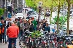 AMSTERDAM, 27 NEDERLAND-APRIL: Het bedrijf van plaatselijke bevolking viert de Dag van de Koning op 27,2015 April in Amsterdam, N Stock Fotografie