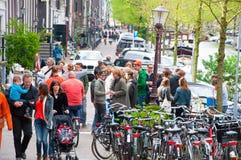 AMSTERDAM, 27 NEDERLAND-APRIL: Het bedrijf van plaatselijke bewoners viert de Dag van de Koning op 27,2015 April in Amsterdam, Ne Royalty-vrije Stock Afbeelding