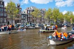 AMSTERDAM, 27 NEDERLAND-APRIL: Het kanaalhoogtepunt van Amsterdam van boten tijdens de Dag van de Koning op 27 April, 2015, Neder Royalty-vrije Stock Afbeelding