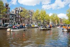 AMSTERDAM, 27 NEDERLAND-APRIL: Het kanaalhoogtepunt van Amsterdam van boten tijdens de Dag van de Koning op 27 April, 2015, Neder Royalty-vrije Stock Foto