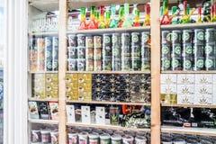 Amsterdam, Nederland - April 31, 2017: Het venster van een koffiewinkel toont een reusachtige verscheidenheid van cannabisproduct royalty-vrije stock foto's