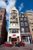 AMSTERDAM, 27 NEDERLAND-APRIL: Lokaal buitenrestaurant op de Rokin-straat tijdens de Dag van de Koning Stock Foto's