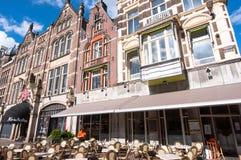 AMSTERDAM, 27 NEDERLAND-APRIL: Lokale buitenkoffie op de Rokin-straat tijdens de Dag van de Koning Stock Foto's