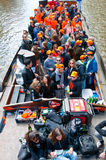 AMSTERDAM, 27 NEDERLAND-APRIL: Menigte van mensen op een bootpartij tijdens de Dag van de Koning op 27,2015 April in Amsterdam Stock Foto's
