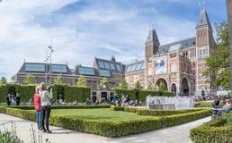 Amsterdam, Nederland - April 31, 2017: Mensen die van de museumtuin genieten stock fotografie