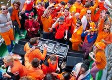 AMSTERDAM, 27 NEDERLAND-APRIL: Mensen in oranje kleren tijdens de Dag van de Koning op een boot op 27,2015 April in Amsterdam Royalty-vrije Stock Foto