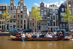 AMSTERDAM, 27 NEDERLAND-APRIL: Partijboot met onbeperkte bier, soda en wijn aan boord op de Dag van de Koning op 27,2015 April Stock Afbeelding