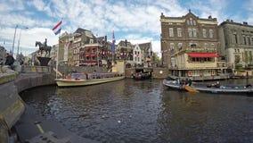 Amsterdam/Nederland - April 31, 2017 - Passagiers die op de sightseeingsboten krijgen op de kanalen van Amsterdam, tijd stock video