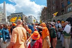 AMSTERDAM, 27 NEDERLAND-APRIL: Plaatselijke bewoners in traditionele oranje kleren op Dam tijdens de Dag van de Koning op 27,2015 Royalty-vrije Stock Afbeelding