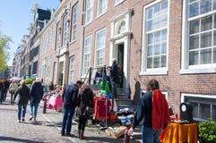 AMSTERDAM, 27 NEDERLAND-APRIL: Straatmarkt van bric-à-brac tijdens de Dag van de Koning op 27 April, 2015 Royalty-vrije Stock Foto's
