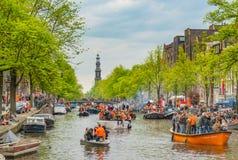 Amsterdam, Nederland, 27 April 2018, Toeristen en plaatselijke bewoners s stock afbeeldingen