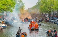 Amsterdam, Nederland, 27 April 2018, Toeristen en plaatselijke bewoners s stock fotografie
