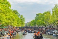 Amsterdam, Nederland, 27 April 2018, Toeristen en plaatselijke bewoners s stock foto's