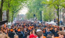 Amsterdam, Nederland, 27 April 2018, Toeristen en plaatselijke bewoners v royalty-vrije stock fotografie