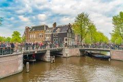 Amsterdam, Nederland, 27 April 2018, Toeristen en plaatselijke bewoners v stock foto
