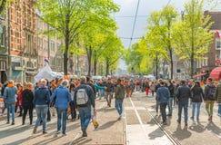 Amsterdam, Nederland, 27 April 2018, Toeristen en plaatselijke bewoners v royalty-vrije stock afbeeldingen