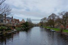 Amsterdam, Nederland - April 6, 2018: Waterkanalen op een ove royalty-vrije stock fotografie