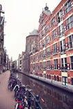 AMSTERDAM; NEDERLAND - 16 AUGUSTUS; 2015: Mening over Oudezijds Stock Afbeelding