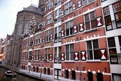 AMSTERDAM; NEDERLAND - 18 AUGUSTUS; 2015: Mening over Oudezijds Royalty-vrije Stock Afbeelding