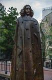 AMSTERDAM, NEDERLAND - AUGUSTUS 22: Stadsbeeldhouwwerk van brons van Spinoza op 22 Augustus, 2015 in Amsterdam Royalty-vrije Stock Afbeeldingen