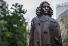 AMSTERDAM, NEDERLAND - AUGUSTUS 22: Stadsbeeldhouwwerk van brons van Spinoza op 22 Augustus, 2015 in Amsterdam Stock Afbeelding