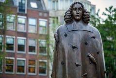 AMSTERDAM, NEDERLAND - AUGUSTUS 22: Stadsbeeldhouwwerk van brons van Spinoza op 22 Augustus, 2015 in Amsterdam Stock Fotografie