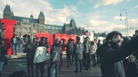 AMSTERDAM, NEDERLAND - DECEMBER 26, 2017 Mensen die foto's nemen dichtbij het teken van I Amsterdam tegen het Nederlandse nationa Stock Foto's