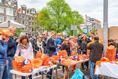 Amsterdam, Nederland die, 27 April 2018, Mensen sinaasappel kopen stock fotografie