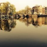 Amsterdam/THE NEDERLAND: Een typische mening van het Amstel-kanaal met oude herenhuizen in het centrum van Amsterdam, N royalty-vrije stock afbeeldingen
