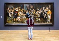 AMSTERDAM, NEDERLAND - FEBRUARI 08: Bezoeker in Rijksmuseum  stock fotografie