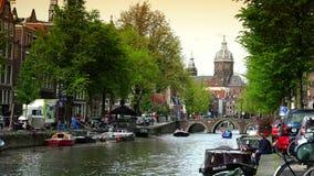 AMSTERDAM, NEDERLAND: Het Centrale Station van Amsterdam in Amsterdam ULTRAhd echt 4K, - tijd stock footage