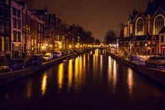 AMSTERDAM, NEDERLAND - JANUARI 22 2016: Stadsstraten van Amsterdam bij nacht Algemene meningen van stadslandschap op 22 Januari,  royalty-vrije stock fotografie