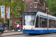 AMSTERDAM, NEDERLAND - JUNI 25, 2017: De tram van Siemens Combino in het centrum van Amsterdam stock foto's