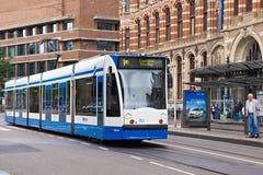 AMSTERDAM, NEDERLAND - JUNI 25, 2017: De tram van Siemens Combino op Nieuwezijds Voorburgwal st stock foto's