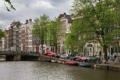AMSTERDAM, NEDERLAND - JUNI 25, 2017: Historische gebouwen en de brug Gasthuisbrug op het Singel-waterkanaal stock fotografie