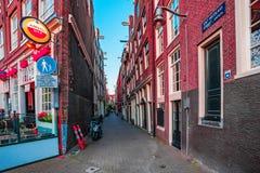 AMSTERDAM, NEDERLAND - 10 JUNI, 2014: Mooie sreets van Amsterdam met winkels op de zomerdag Stock Foto