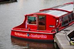 AMSTERDAM, NEDERLAND - JUNI 25, 2017: Vastgelegde rode cruiseboot in het centrum stock fotografie