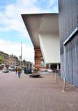 Amsterdam, Nederland - Mei 6, 2015: De mensen bezoeken beroemde Stedelijk Musem in Amsterdam Stock Afbeelding