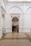 Amsterdam, Nederland - Mei 6, 2015: De mensen bezoeken Stedelijk Musem in Amsterdam Royalty-vrije Stock Foto