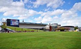 Amsterdam, Nederland - Mei 6, 2015: Het Museum en Van Gogh van Stedelijk van het toeristenbezoek in Amsterdam Royalty-vrije Stock Afbeelding