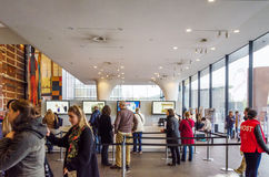 Amsterdam, Nederland - Mei 6, 2015: Het Museum van Stedelijk van het toeristenbezoek in Amsterdam Stock Fotografie