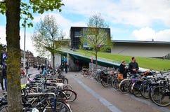Amsterdam, Nederland - Mei 6, 2015: Het Museum van Stedelijk van het toeristenbezoek in Amsterdam Royalty-vrije Stock Foto's