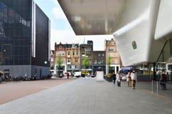 Amsterdam, Nederland - Mei 6, 2015: Toeristenbezoek Stedelijk Musem in Amsterdam Stock Afbeeldingen