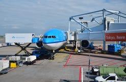 Amsterdam, Nederland - Mei 16, 2015: Vliegtuig bij Schiphol Luchthaven Stock Afbeelding