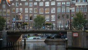 Amsterdam, Nederland 15 oktober, 2017 Het kanaal van Amsterdam in dalingskleuren stock videobeelden